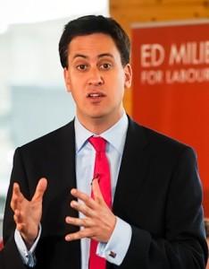 Ed Miliband, lider opozycyjnej Partii Pracy, wzywając rząd do wstrzymania procesu sprzedaży BSkyB, działa - paradoksalnie - na korzyść Murdocha